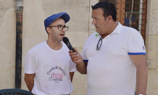 A destra, il Sindaco di Sortino, Vincenzo Parlato, con uno dei produttori di Pizzolo