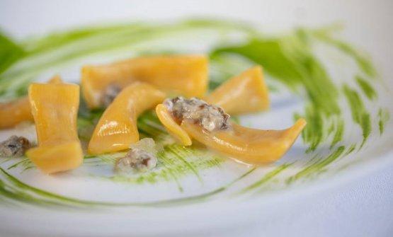Maccheroni al torchio con anguilla affumicata, ostriche crude e spinaci