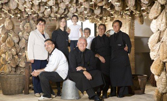 Enrico Bergonzi, seduto a sinistra, con la sua fam
