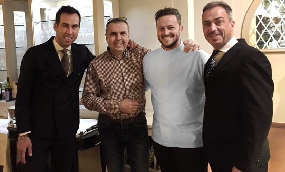 Andrea Mattei (in bianco), nuovo chef del ristorante Bistrot a Forte dei Marmi, tra i fratelli David e Marco Vaiani,titolari del locale, e il giornalista Claudio Mollo (in camicia), cui dobbiamo questa foto