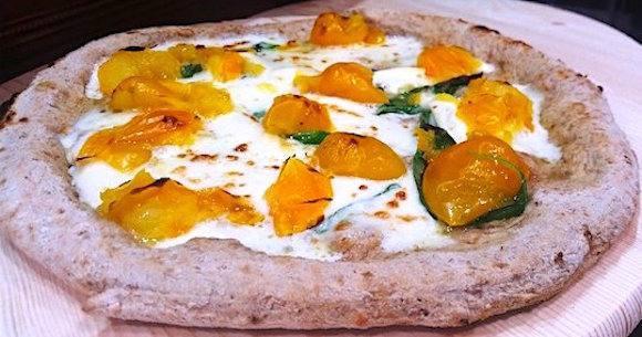 La pizzaPomo D'Or: pacchetelle di pomodorino gialloL'Orto di Lucullo, fior di latte e fior di ricotta di bufalaElla, basilico Dop, aglio fresco e olio evo DopPregio