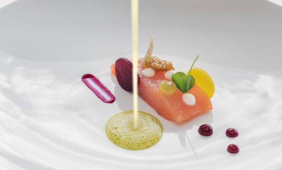 Salmerino marinato con anice selvatico, barbabietole rosse e gialle, latticello e mela verde: la ricetta dell'inverno di Manfred Kofler