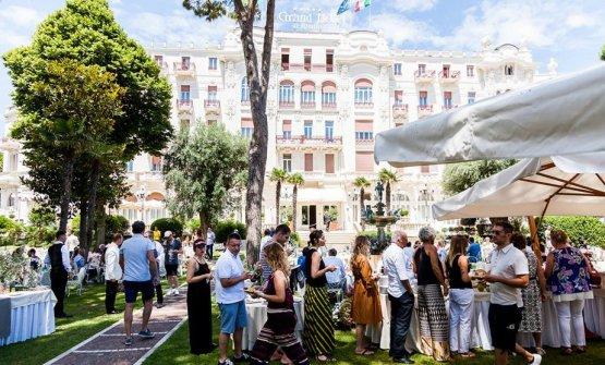 Il Grand Hotel di Rimini, nel cui giardino si tiene anche quest'anno uno specialedéjeuner sur l'herbe(disponibilità limitata, costo € 40 su prenotazione, tel 0541.56000, info@grandhotelrimini.com)