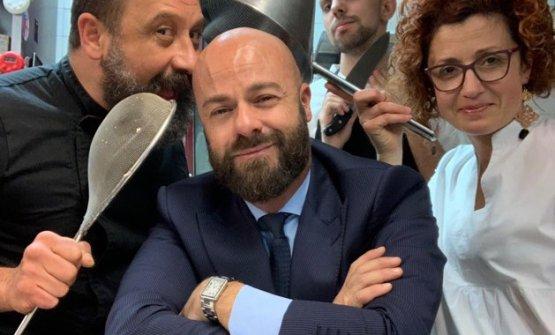 Pompili coi ragazzi del Cambio di Bologna. Da sinistra a destra,Armando Martini (chef), Marco Righetti (sous chef) e CameliaRacu (sala)