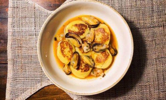 Gnocchi di patate al limone piastrati e conditi con guazzetto di cozze e vongole