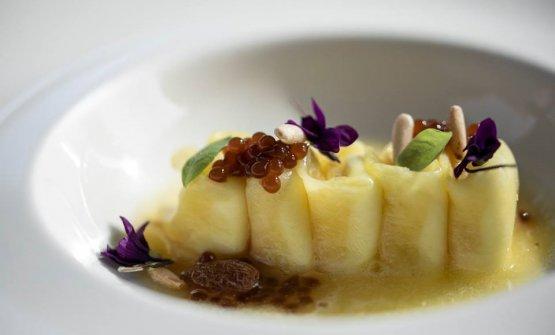Ananas in raviolo ripieno di ricotta con caviale di caffè Sidamo, uvetta e pinoli