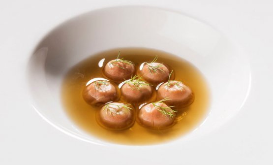 Bottoni di mandorla, 'nduja e brodo di buccia di patate (foto Brambilla/Serrani)