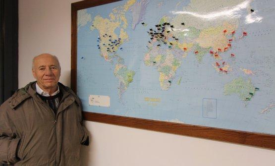 Alessandro François davanti alla cartina che indica i luoghi del mondo dove i vini del Castello di Querceto sono distribuiti