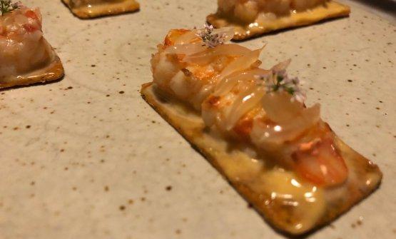 Gamberi di fiume thai su khakhra, cracker molto diffuso nella cucina ovest-indiana. Una buona sintesi del mestiere di Garima Arora, chef di Gaa, ristorante aperto proprio davanti a Gaggan
