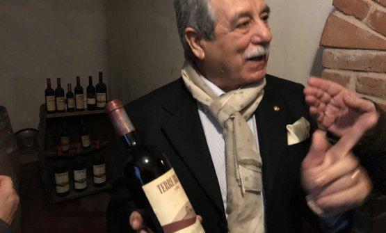Il direttore di Santadi, Raffaele Cani, mostra con orgoglio la bottiglia di Terre Brune del 1984