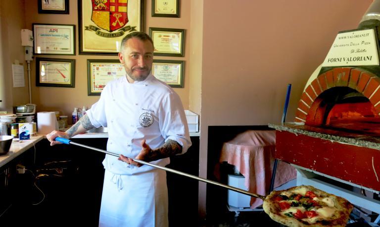 Gennaro Nasti all'opera davanti al forno. Il p