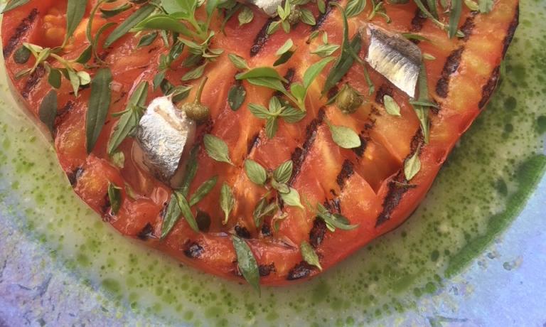 Pomodoro alla griglia con acciughe, capperi e latte di mozzarella, piatto in carta al Mirazur di Mentone, Francia