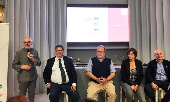 Da sinistra: Franco Pepe, di casa a Identità Golose Milano, Luciano Pignataro, Paolo Marchi, Barbara Guerra e Albert Sapere, durante la presentazione in via Romagnosi
