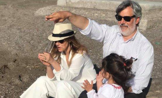 Scarsellisulla spiaggia de Il Bikini con la moglie Federica Pirchio e la figlia Maria Carolina