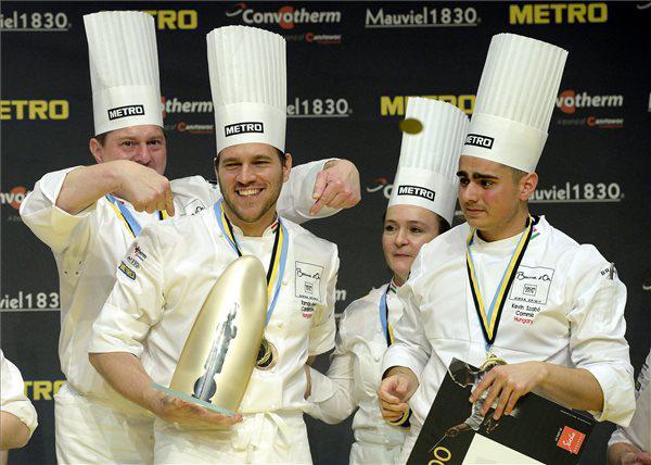 Budapest, 12 maggio scorso: dopo due giorni di intensa competizione,lo chef Tamás Széll del ristoranteOnyx(secondo da sinistra) celebra in casa con i compagni la vittoria nella finale europeadel prestigiosoBocuse d'Or. Alle finali mondiali,Lione 24-25gennaio 2017, parteciperanno 11 squadre europee, ma non l'Italia