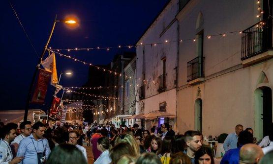 Uno scorcio di una delle tante strade pacificamente invase dalla Festa