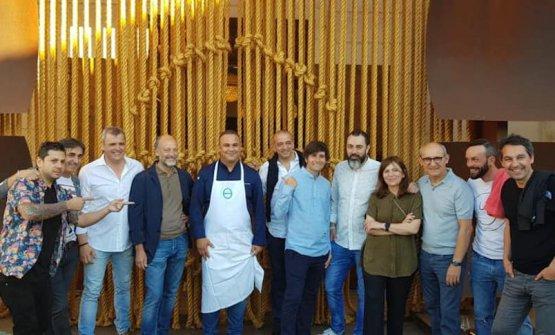 Cuttaia con Moreno Cedroni,Ángel León e altri durante un momento di pausa del congresso, davanti al ristorante diLeón stesso