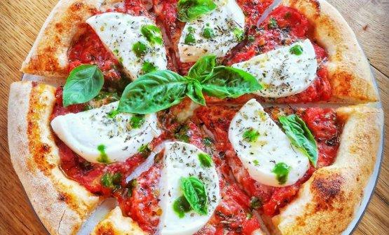 La bontà semplice della pizza con bufala e filetti di San Marzano