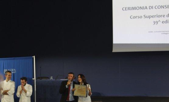 La consegna del diploma da parte di Andrea Sinigaglia, direttore generale di ALMA