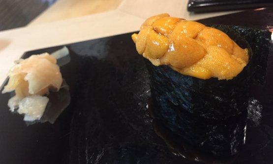 Ricci di mare (uni). Cremosissimo, dolce, scioglievole. Abbiamo chiesto il bis. Il costo del menu è di 30.000 yen più tasse (circa 250 euro). In accompagnamento sibeve tè o acqua