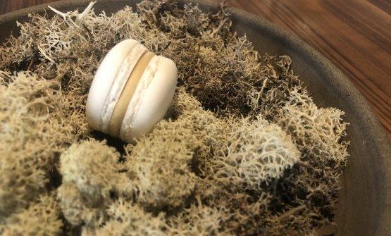 Macaron di foie gras e mosto d'uva cotto- È l'intermezzo prima di passare alla pasticceria: viene preparata una sorta di chutney frullando grani di senape, aceto e saba; il lobo di foie gras d'anatra è lavorato con zucchero, sale, porto bianco, cotto sottovuoto (65° per 7 minuti) e amalgamato con gelatina alimentare, così da poter essere montato a mousse