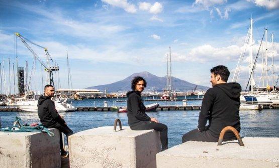 I tre fratelli davanti alle onde di Castellammare