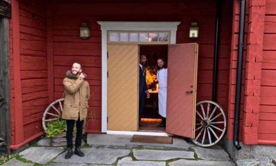 Rancati all'ingresso delFäviken, dal quale spunta anche il volto di Magnus Nilsson. La foto è stata scattata qualche mese fa da Paolo Griffa, amico di Rancati dai tempi del Piccolo Lago