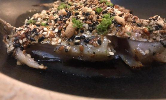 Pinna dorsale di centrofolo, brodo di pesce e fagioli neri, battuto di pomodori e cetrioli tutto coperto da un mix di semi