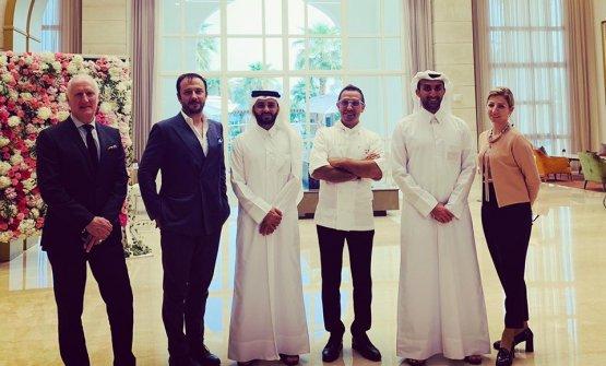 Ciottiin foto con il CEO e la proprietà di Katara Hospitality e il GM di Al Messila