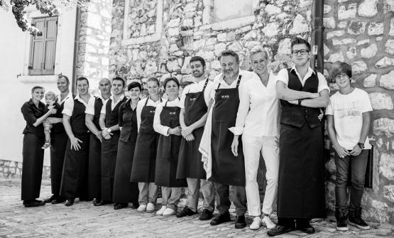 Lo staff di Montea Rovigno, in Croazia, ristorante aperto nel 2008 daDadoDeki (in foto, quarto da destra), primae unica insegna capace di meritare una stella Michelin in territorio ex jugoslavo(foto del servizio di Dean Duboković)
