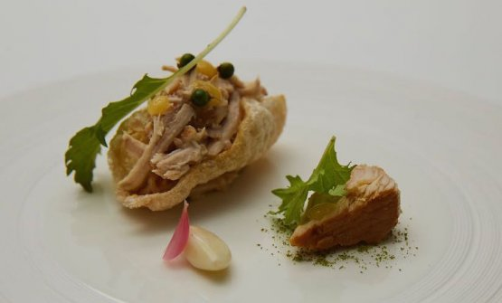 """Maiale alla toscana, pelle soffiata farcita con """"tonno del Chianti"""", fagioli cannellini piccanti, limone alla brace, pepe fresco"""