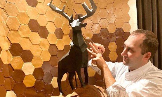 Daniele Bonzimentre scolpisce il cioccolato nella Chocolate Room