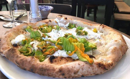 La pizzaLazzarelladiFirenze:ricotta vaccina, provola di Agerola, fiori di zucca, sale e pepe