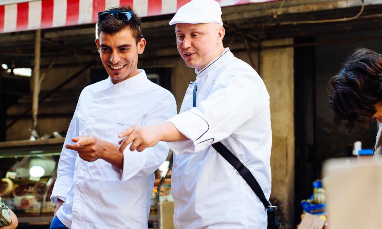 Giuseppe Raciti (a destra) al mercato del pesce di Catania