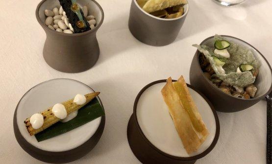 Amuse bouche della cena. Il nostro assaggio preferito: la Pannocchia al barbecue con mousse di parmigiano 36 mesi, in basso a sinistra