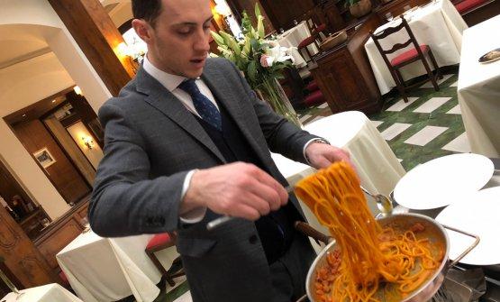 La preparazione degli Spaghetti alla Sabatini