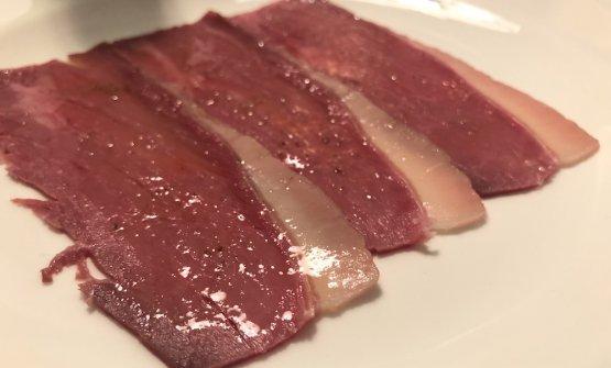 Manzo: Cotto al vapore, marinato nelle spezie e poi affumicato. La parte grassa è la più interessante, perché è quella che trattiene più umami