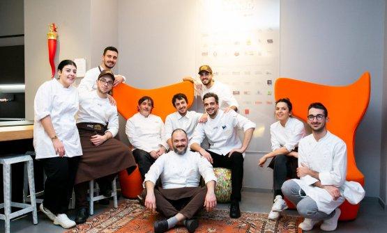 Maurelli(terzo seduto da destra) con la brigata di Identità Golose Milano e lo chef Stefano Masanti, ospite in via Romagnosi 3 la scorsa settimana