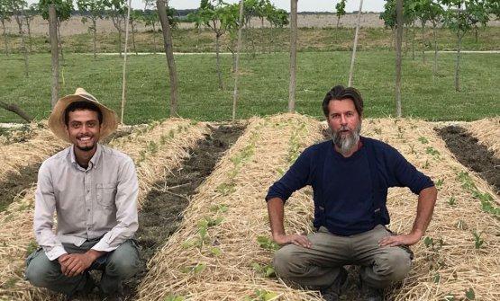 Michele Savorgnano, a destra, con il suo collaboratoreNadir ZittiCardenas nell'orto del Dopolavoro