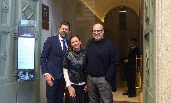 Il Sindaco di Senigallia, Maurizio Mangialardi (il primo da sinistra), sulla soglia dell'Hub di Identità Golose Milano con Cinzia Benzi di Magenta Bureau e il gelatiere Paolo Brunelli