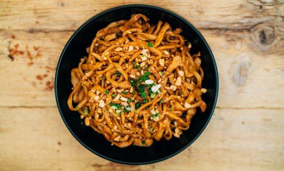 Spaghetti freschi tirati a mani con salsa di sesamo e pepe di Sichuan