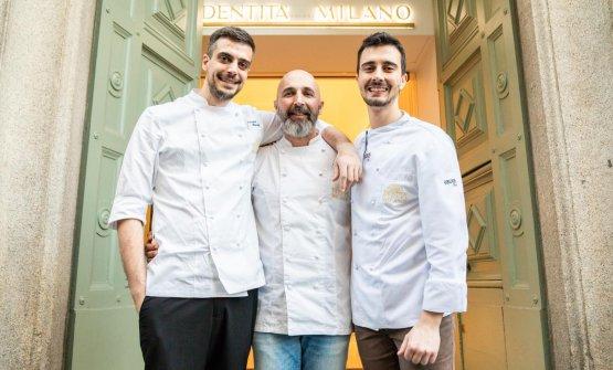 Il resident chef Simone Maurelli, il coordinatoreAndrea Ribaldone e il sous chef Edoardo Traverso davanti al portone di via Romagnosi 3