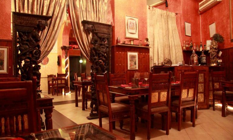 Una delle ricche sale del ristorante indiano Krishna13