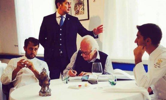 Michel Roux in una visita recente al Luogo di Aimo e Nadiadi Milano (a destra, Fabio Pisani, per 2 anni e mezzo al lavoro al Waterside Inn)
