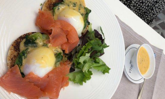 Le Eggs Benedict della colazione hanno la scarola al posto degli spinaci
