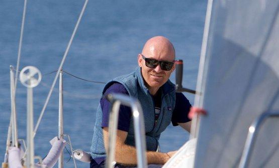 Alfio Ghezzi sulla barca a vela nel golfo di trieste: ha vinto la Barcolana Chef. Tutte le foto sono di Francesca Capodanno