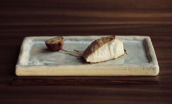 Gindara: merluzzo nero marinato nel miso fermentato (ishio) con castagna (a sinistra)