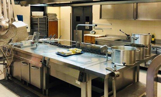 Un'immagine della cucina della Fiera di Bergamo, in cui lavora il team di Vicook