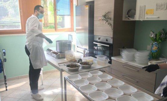 Un immagine della preparazione del pranzo nell'Ospedale Covid di Marzana
