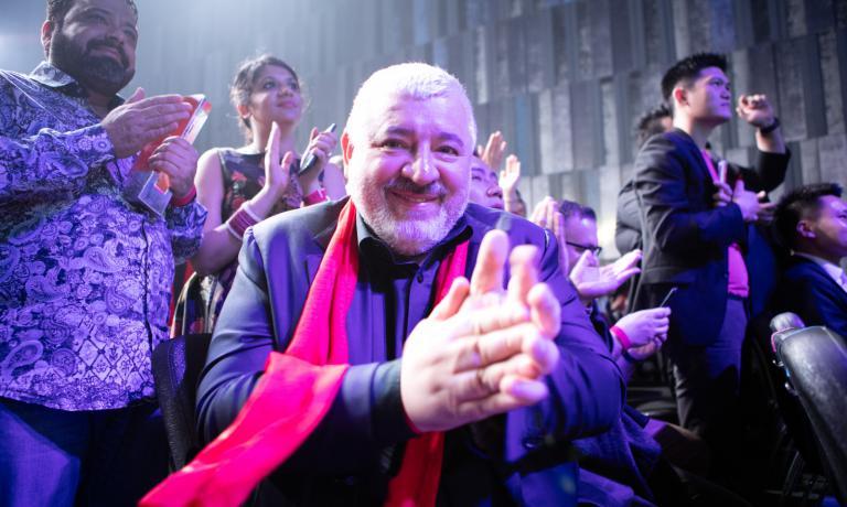 A gonfie vele Umberto Bombana: ha vinto il premio alla carriera all'Asia 50 Best, il suo ristorante è risalito in classifica (ora è quarto, +9 rispetto all'anno precedente) e sarà omaggiato anche a Identità Milano